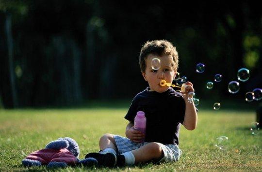 教宝宝踢球的方法