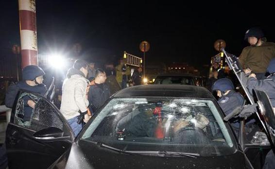 香港警方强烈谴责假记者扰乱警方执法