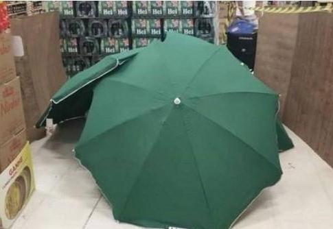 员工猝死倒地,仅用雨伞遮蔽遗体,继续营业